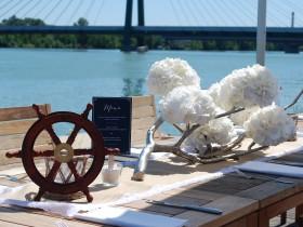 Hochzeit im Marine-Stil