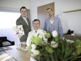 meinelocation.at SeminarGuide mit Dominik Scherz (Herausgeber SeminerGuide und CEO meinelocation.at), Haubenkoch Toni Mörwald und Lukas Hasenauer (Gründer von meinelocation.at) (v.l.n.r.)