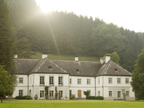 Schloss Ginselberg Sonnenuntergang (c) Hannes Polt.jpg